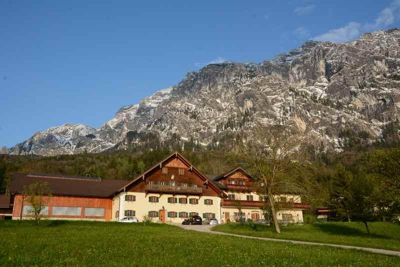 Ferienwohnung Attersee mit Seezugang - Der Haslbauer Bauernhof der Familie Resch, hinten das Höllengebirge