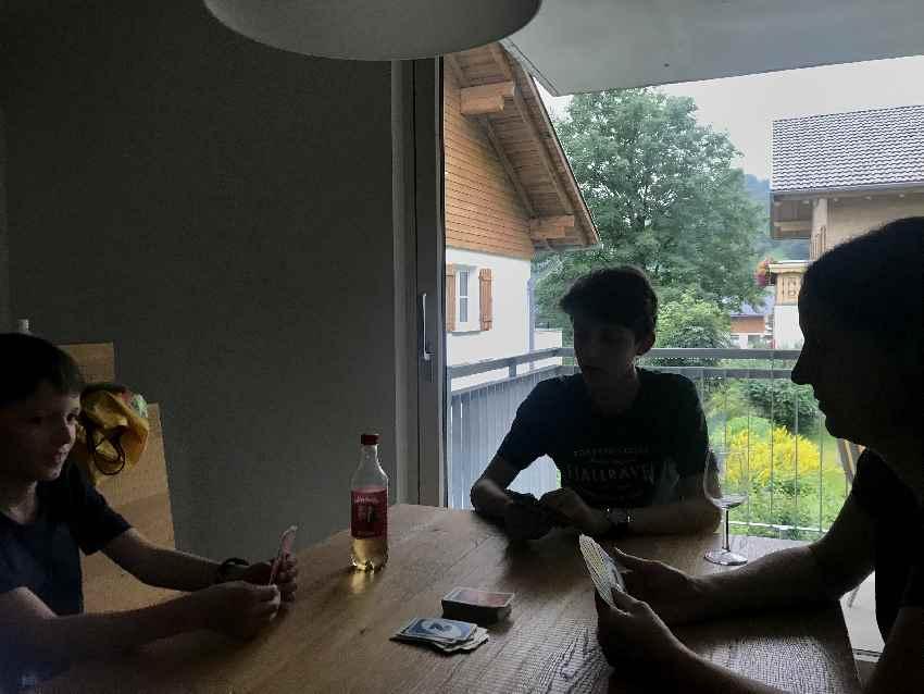 Hotel Lün:  Der große Tisch im Wohnzimmer war ideal zum Kartenspielen mit den Kindern