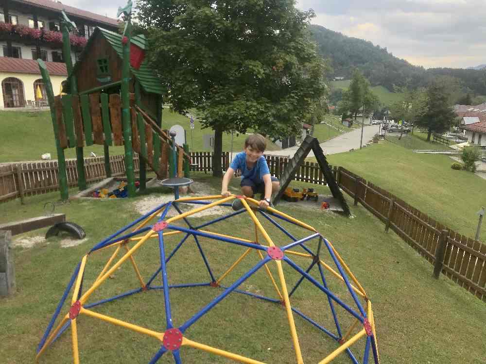 Das ist der Spielplatz, ein Stück weiter sind die Bodentrampoline, Roller und Tretautos
