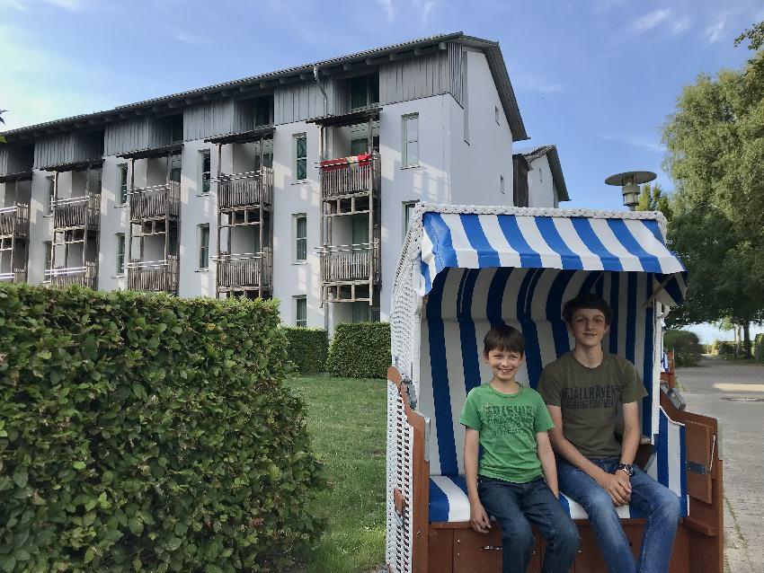 Meerfeeling an der Ostsee: Vor der GEW Ferienwohnung Rügen im Strandkorb sitzen