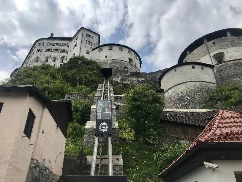 Die Orgelpfeifen sind im mittleren Turm der Festung Kufstein, dem Bürgerturm