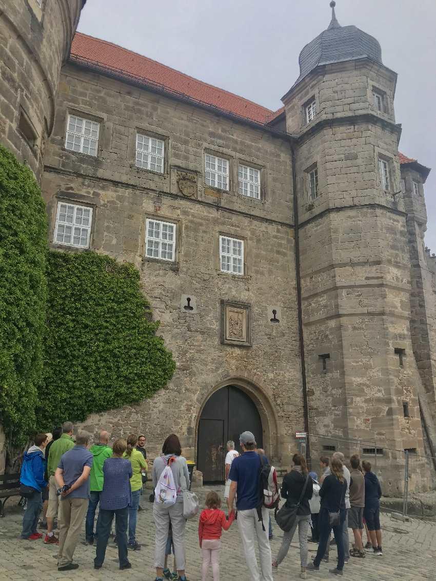 Bei Regenwetter machen wir die Führung durch die Festung Rosenberg