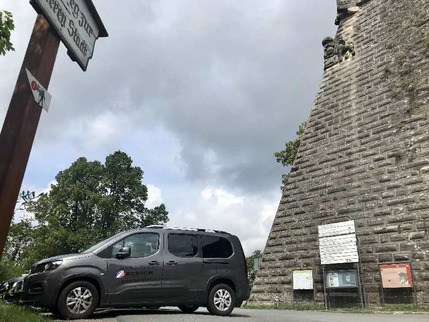 Direkt bei der Festungsmauer kannst du an der Festung Rosenberg parken