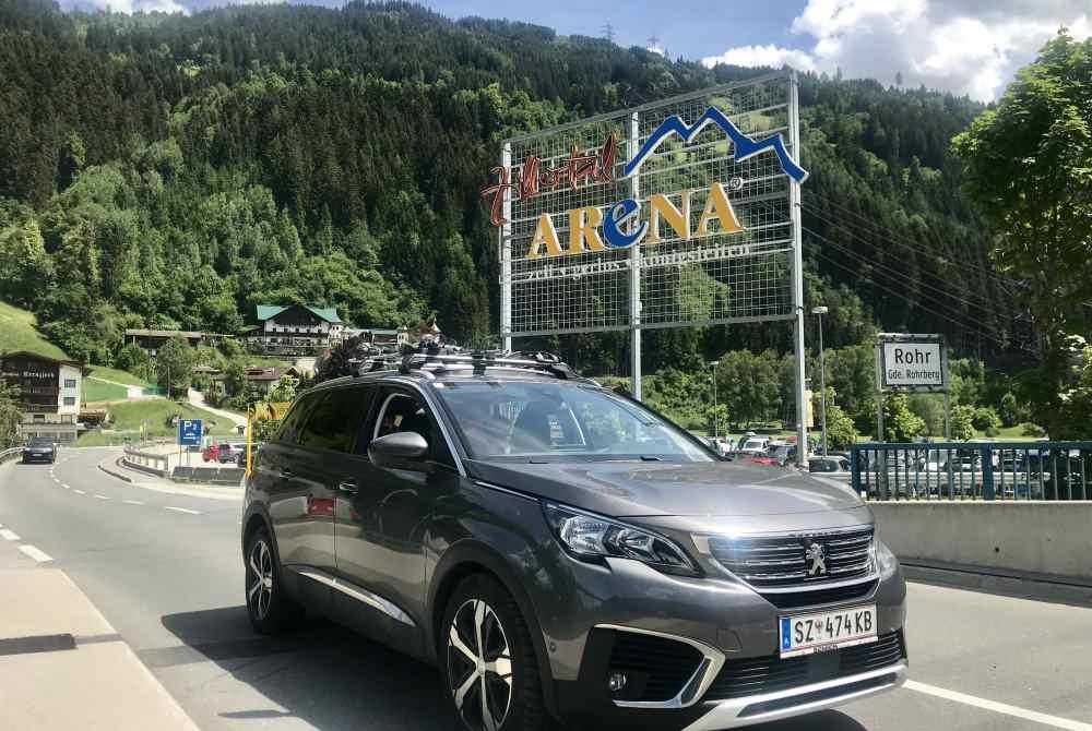 Mit dem Auto zum Parkplatz in der Zillertal Arena in Zell am Ziller