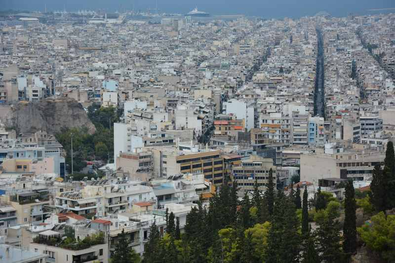 Die Aussicht vom Filopappos in Athen bis hin zum Hafen von Piräus, hinten links das große Schiff