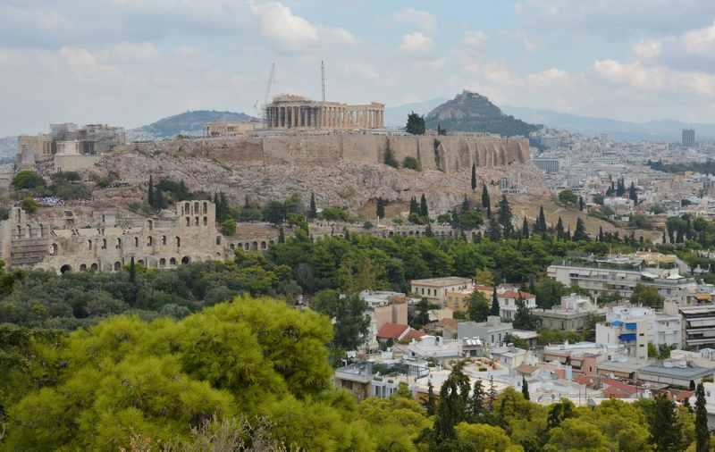 Der Blick vom Filopappos Hügel auf die bekannte Akropolis