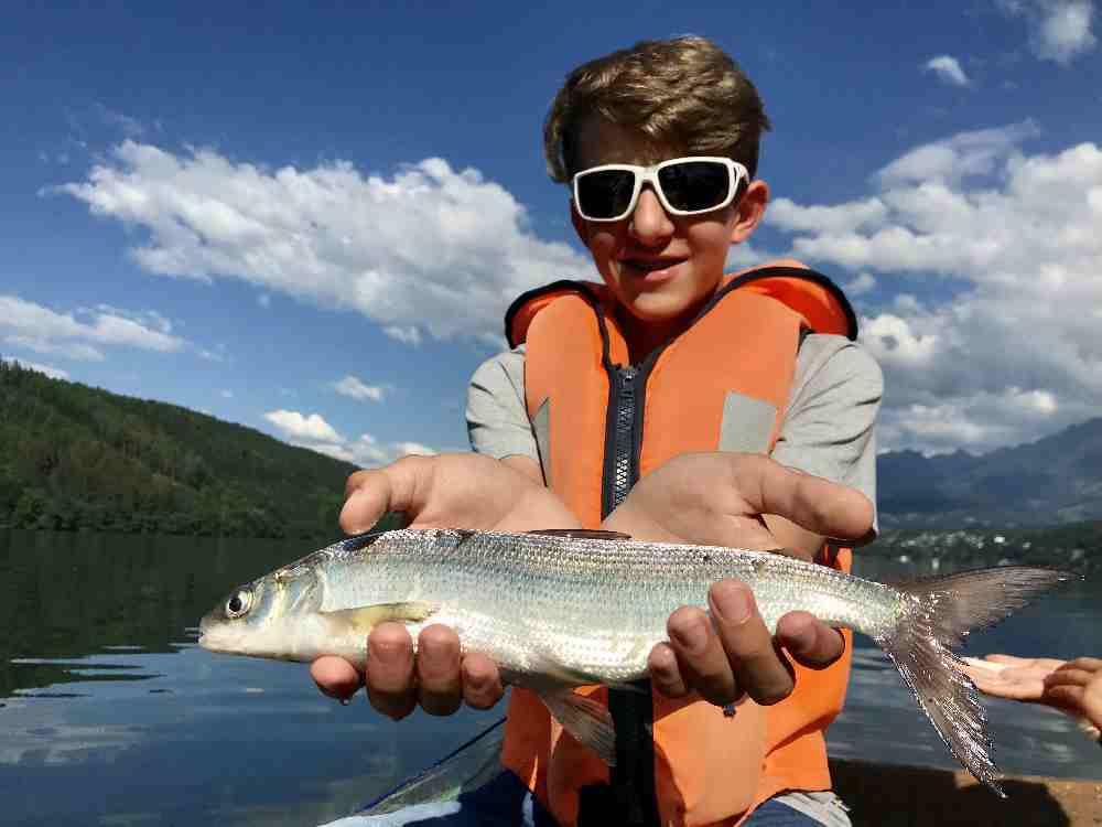 Ein Erlebnis für Kinder: Die rutschige Fischhaut selbst spüren und den Fang ins Bild halten.