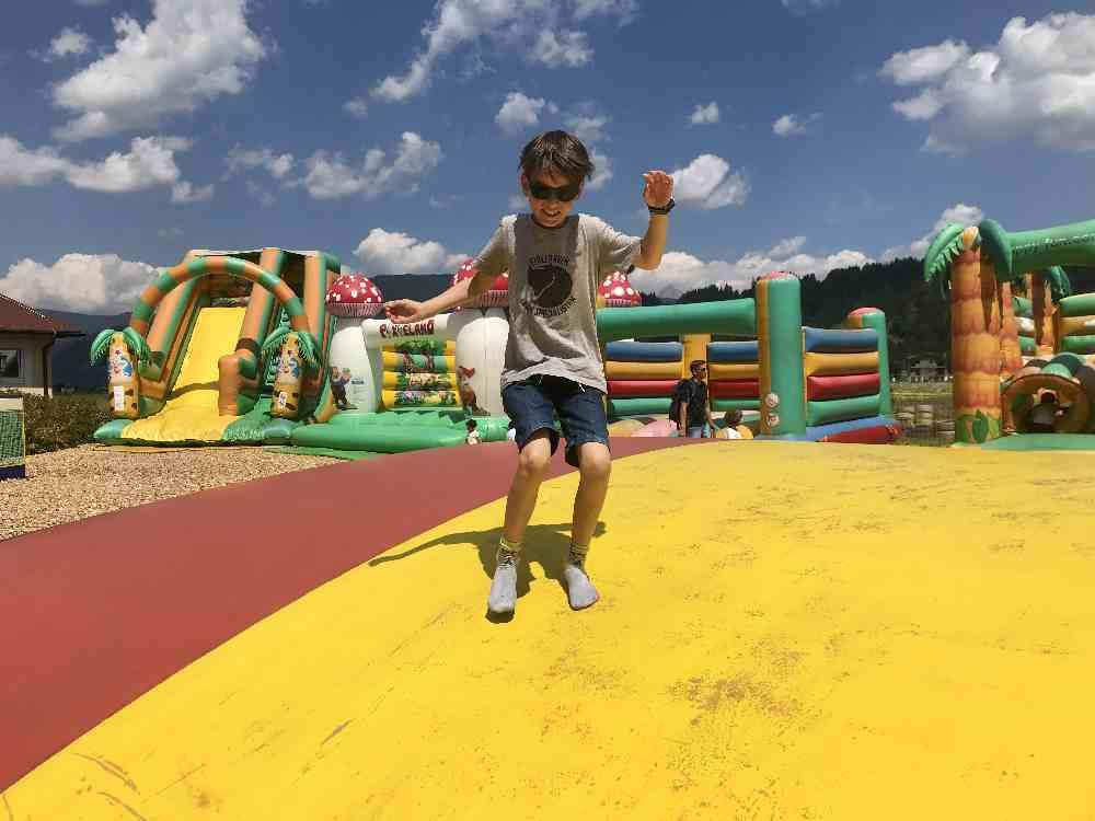 Start beim Sommerrodelbahn Ausflug ist im Freizeitpark mit kostenlosen Hüpfburgen