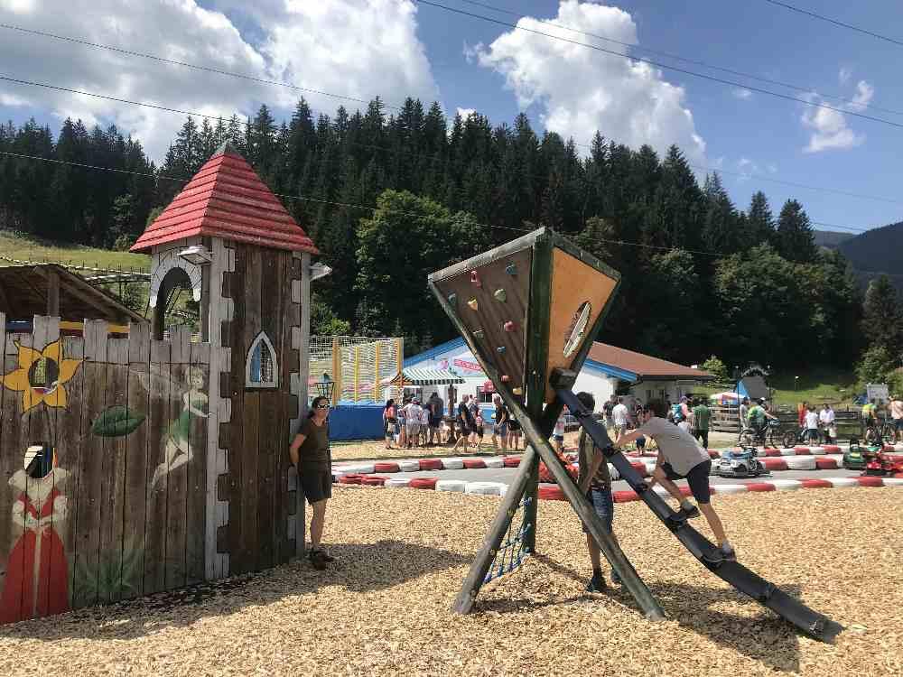 Der gratis Spielplatz mit der Ritterburg ist für die Kindergartenkinder und Schulkinder interessant