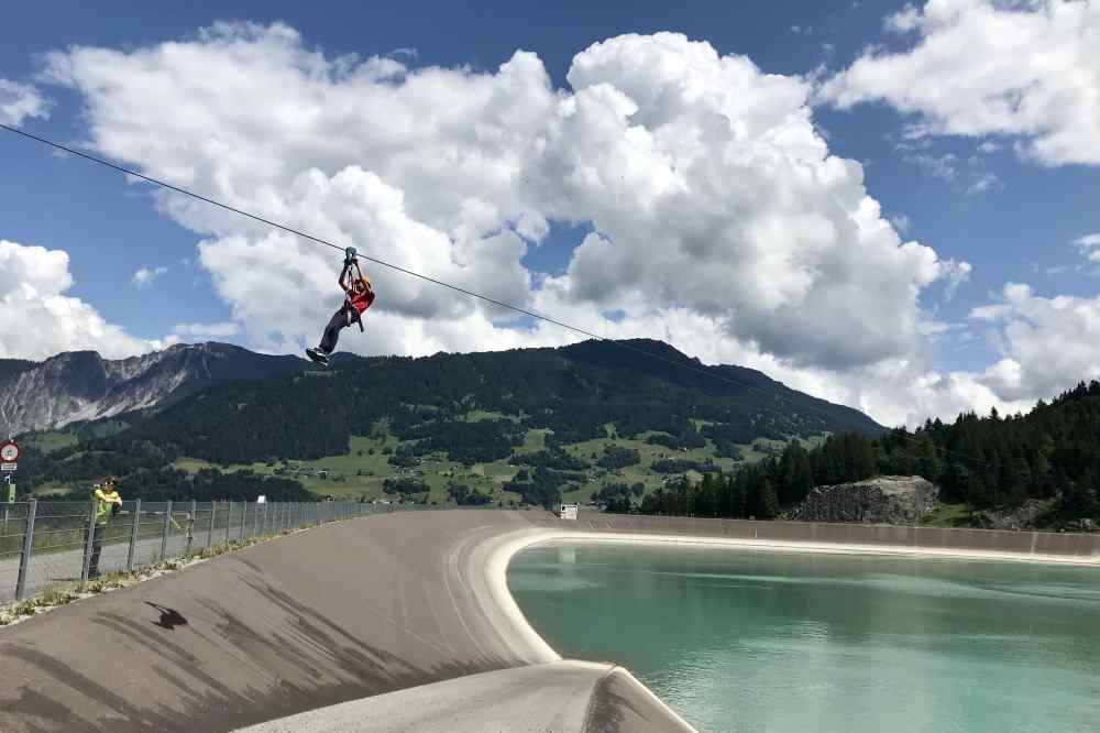 Adrenalin Kick für Jugendliche: Mit dem Flying Fox über den Latschau See am Golm