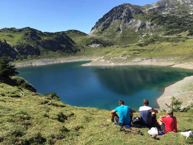 Am tiefblauen Formarinsee auspannen, nach der MTB Tour mit Kindern am Arlberg
