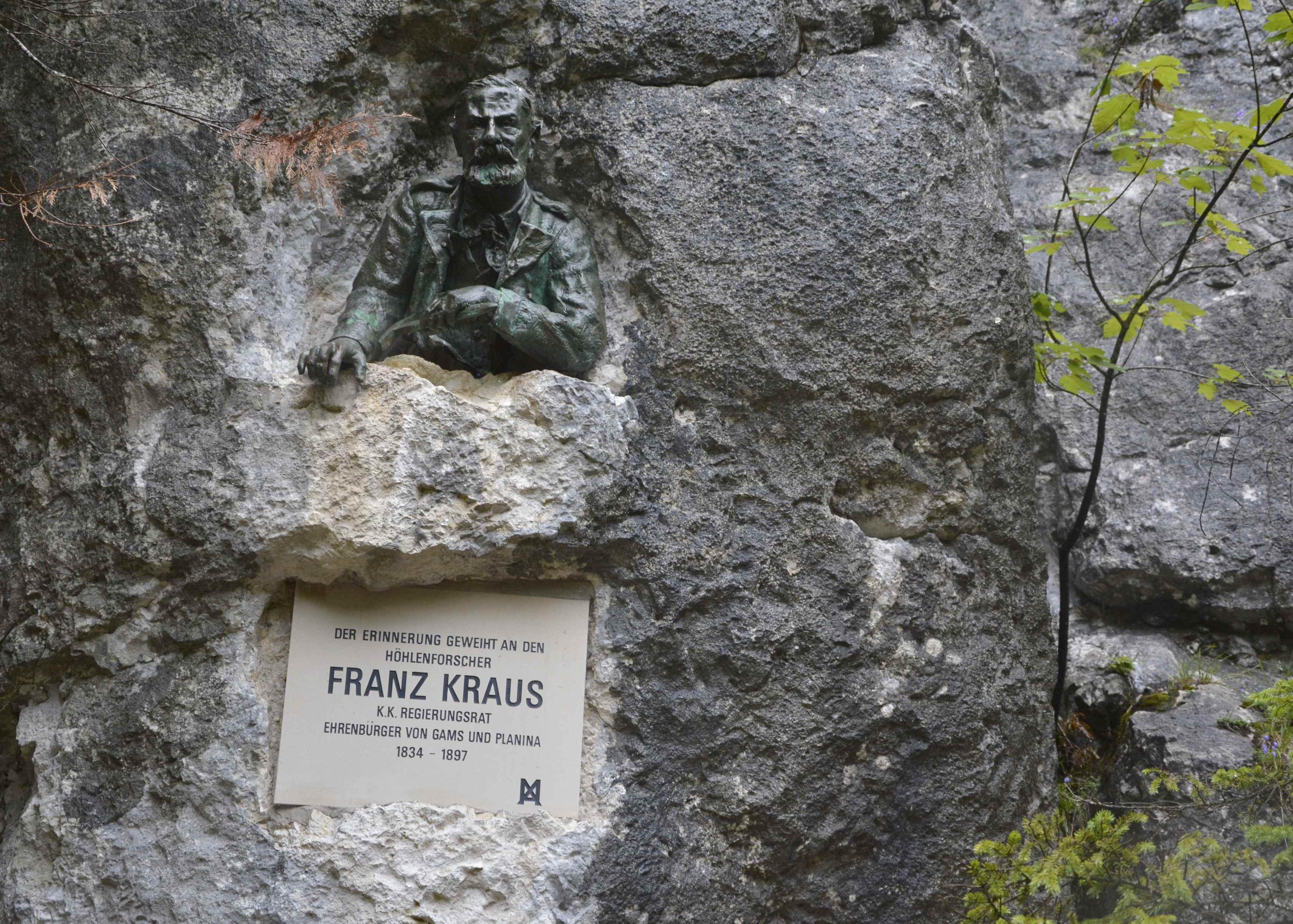 Über dem Eingang zur Kraushöhle finden wir das Denkmal von Franz Kraus