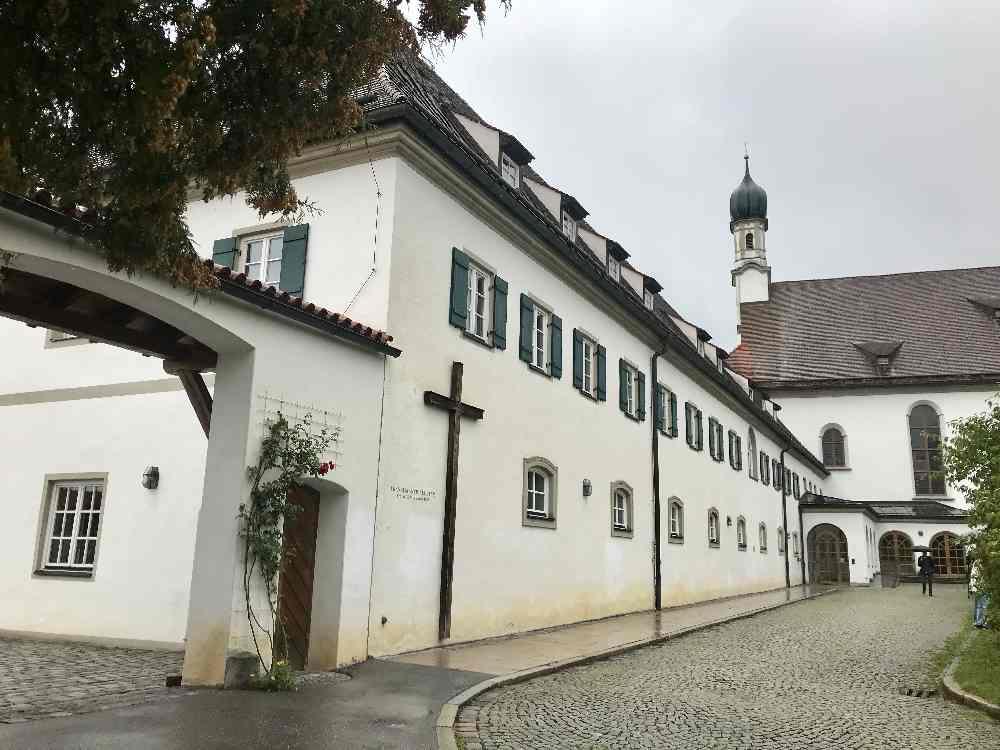 Das Stadträtsel führt uns auch zum Fransiskanerkloster in Füssen, wo wir ein Stück alter Stadtmauer entdecken