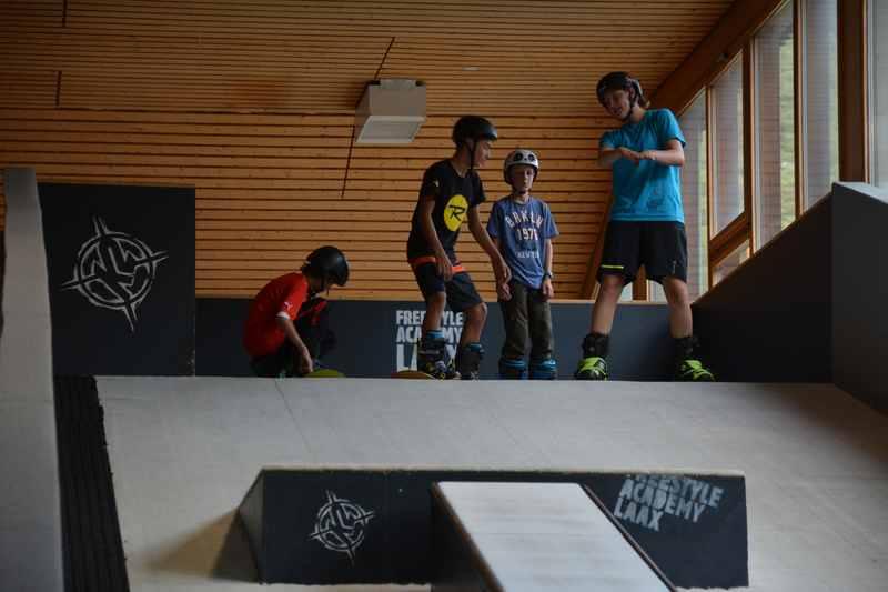 """Freestyle Academy Laax - üben mit Ski und Board auf der trockenen """"Piste"""""""