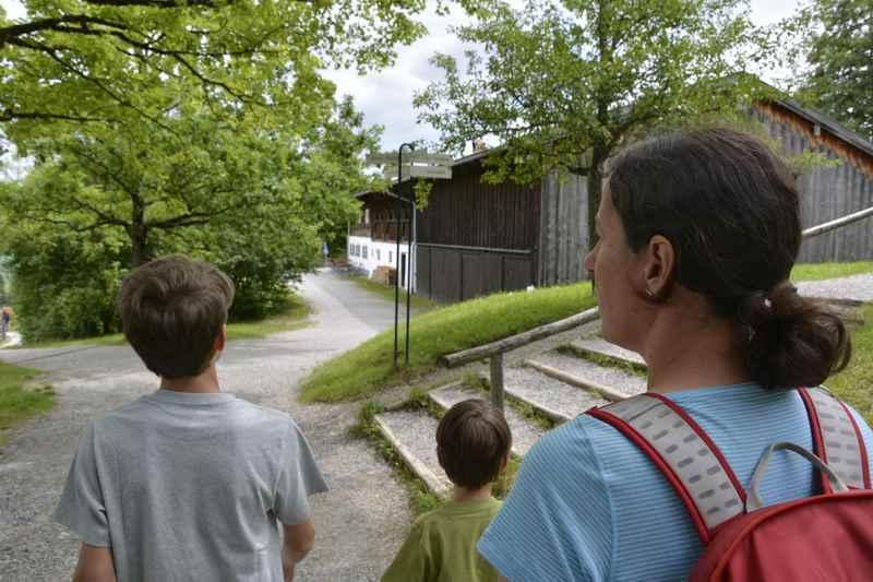 Wir treten ein uns orientieren uns auf dem großen Gelände im Bauernhofmuseum