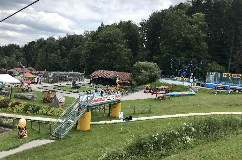 Der Blick von oben auf einen Teil des Freizeitparks: Bungee-Trampolin, normales Trampolin und noch mehr Spielmöglichkeiten
