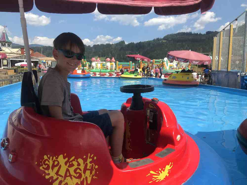 Mit dem Taschengeld können sich die Kinder eine Fahrt auf dem Wasser leisten