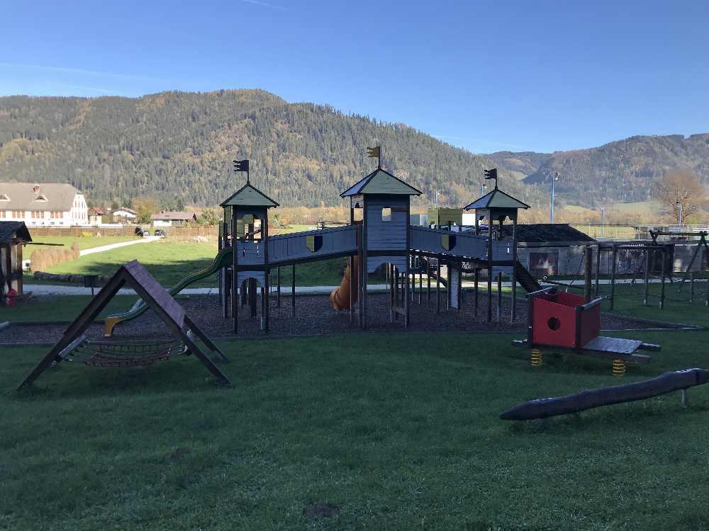 Ende Oktober liegt der große Spielplatz beim Burgbau Friesach im Schatten, im Sommer eine schöne Spielfläche zum Verweilen mit Kindern