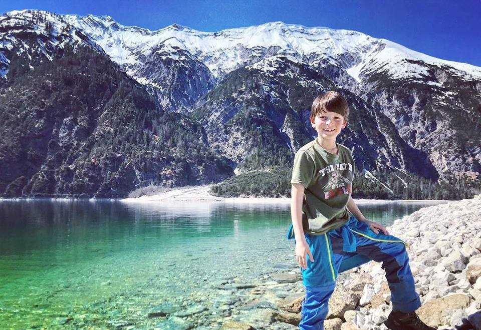 Im Frühling wandern mit Kindern Tirol: Auf den Bergen liegt noch Schnee, aber die Sonne ist schon warm