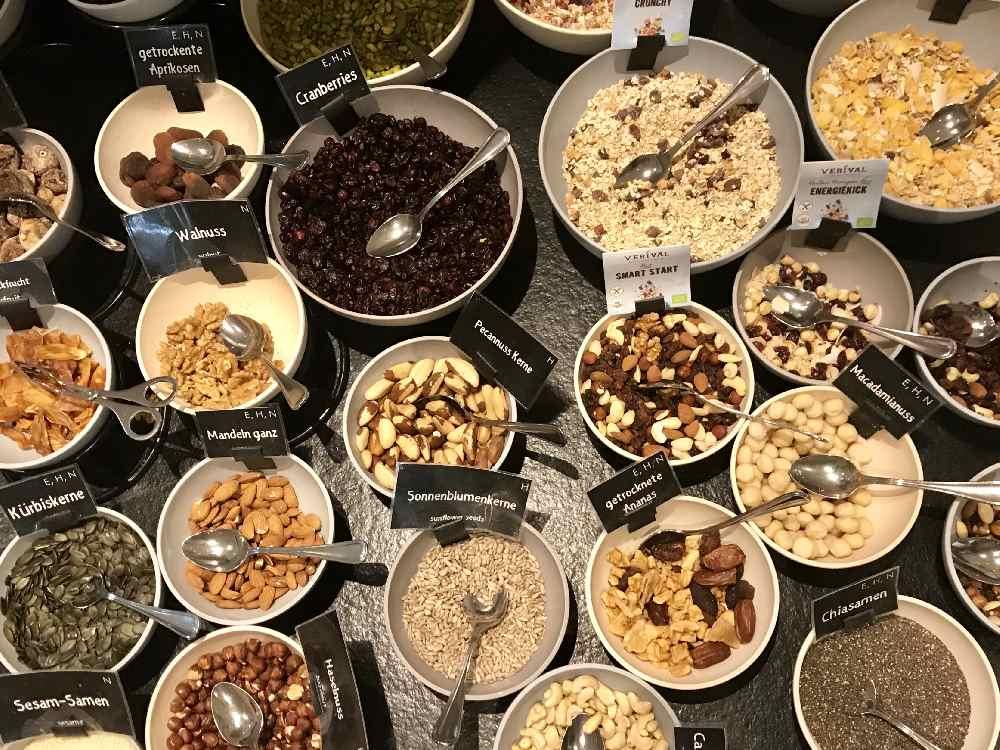 Das ist auch Frühstück: Alle möglichen Sorten von Nüssen, Müsli, ... - und auf dem Bild seht ihr nur einen Teil!