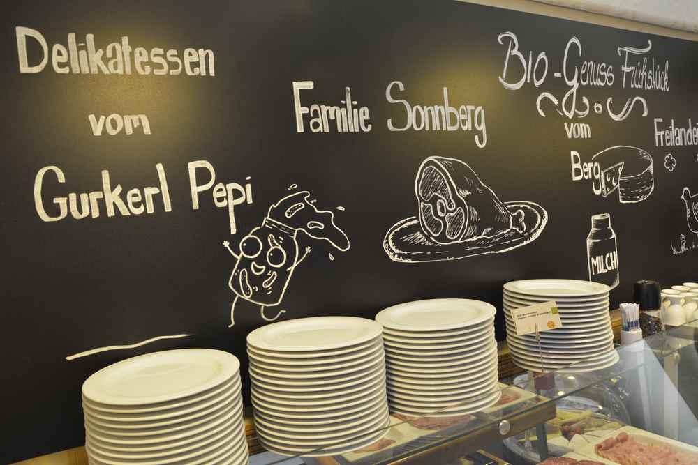 Boutiquehotel Stadthalle mit regionalen Produkten am Frühstücksbuffet