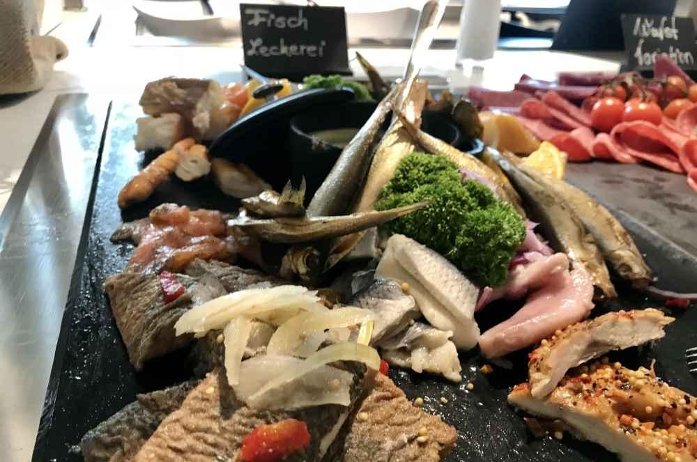 Nicht jedermanns Sache - aber passt zum maritimen Hamburg: Die Fischleckereien am Frühstücksbuffet im JUFA Hamburg