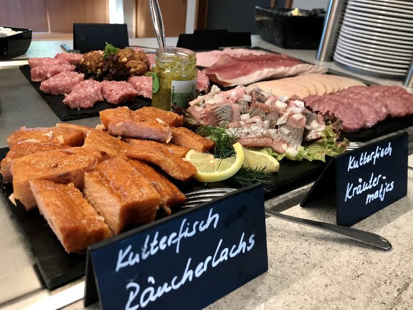 ... ein Frühstücksbuffet mit allerlei Fisch, aber auch andere regionale ausgewählte Produkte!