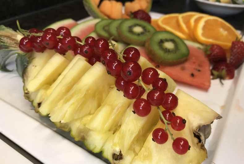 Das Frühstücksbuffet im Hotel Angerbräu Murnau mit frischen Früchten