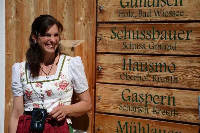 Sophie Obermüller erklärt bei der Führung durch die Käserei, welche Bauern ihre Milch liefern