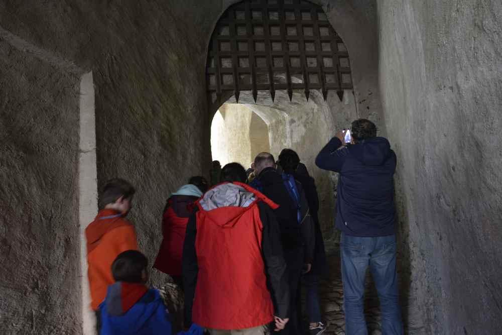 Durch den Gang gehen wir hinauf in das Schloss