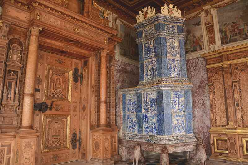 Das prächtige Fürstenzimmer im Schloss Veldthurns, viel Gold und Prunk aus Holz