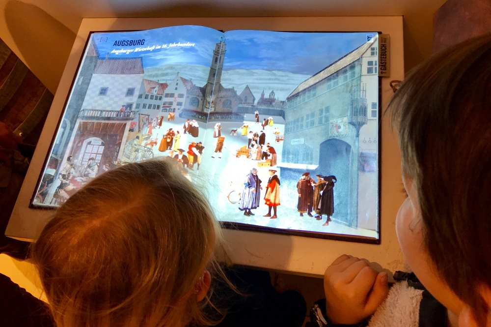 Unser Start im Fugger- und Welsermuseum in Augsburg mit dem interaktiven Buch