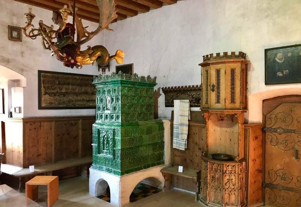 Schloss Tratzberg:  Wir bewundern die schöne historische Ausstattung der Fuggerstube
