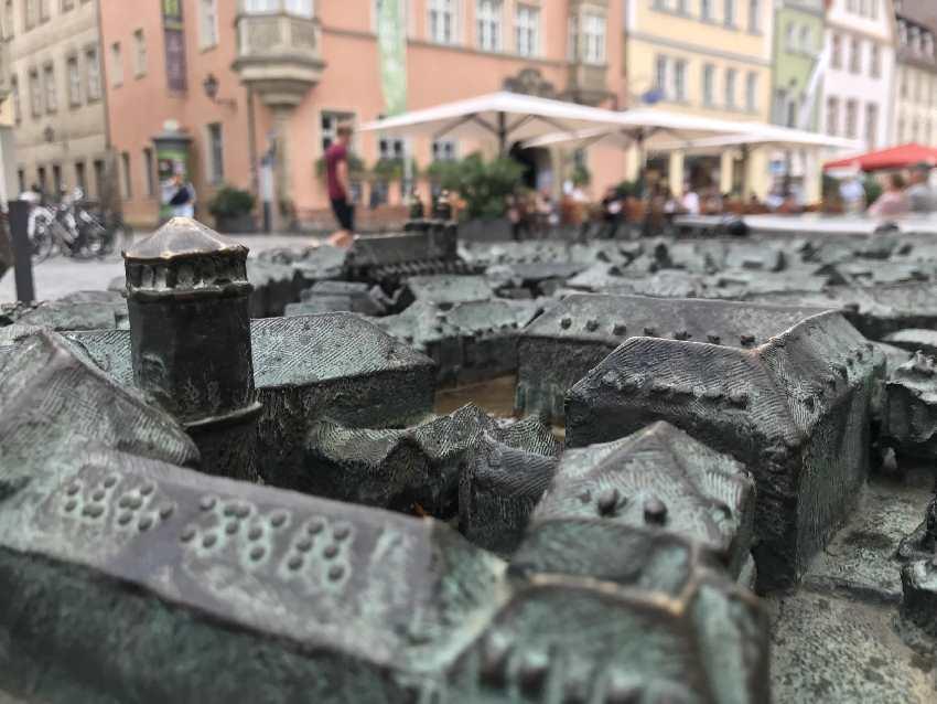Fußgängerzone Bayreuth mit Kindern - solche Reliefansichten finden unsere Kinder immer interessant