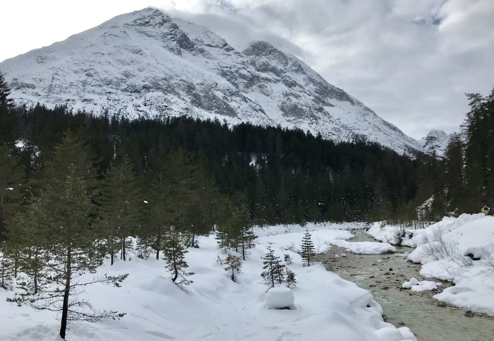 Wettersteinhütte rodeln: Das winterliche Gaistal mit der Leutascher Ache, links die Hohe Munde