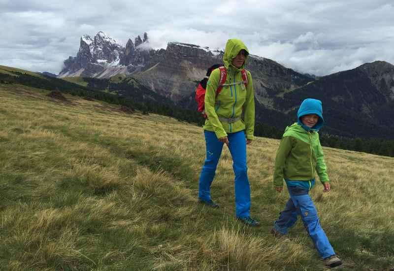 Mit dem Blick auf die Geisler Spitzen wandern mit Kindern - eine traumhafte, aber kühle Familienwanderung in Südtirol