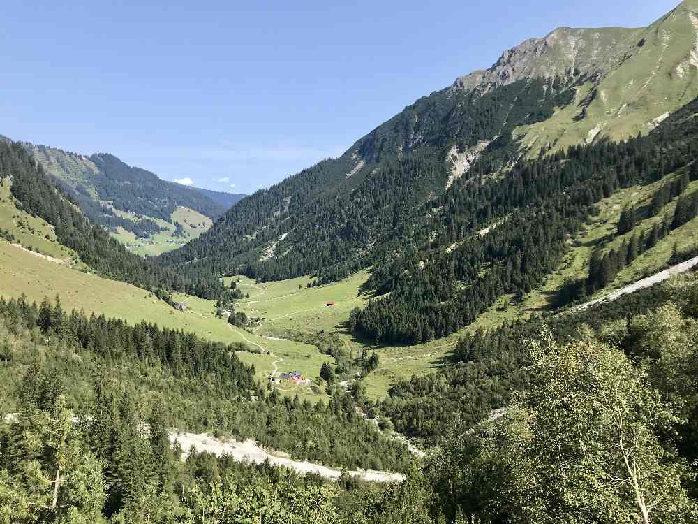 Beim Abstieg haben wir diesen Ausblick über das Gemsteltal in Vorarlberg