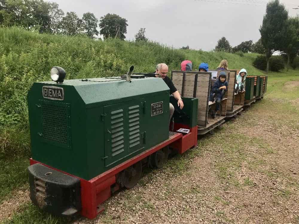 Bei den geführten Touren am Geopfad dürfen Kinder mit der Grubenbahn in Regensburg fahren