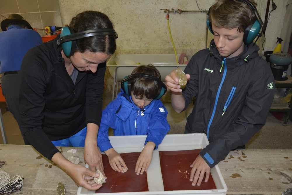 Danach schleifen wir die Steine im Wasserbad mit dem Schleifpapier glatt
