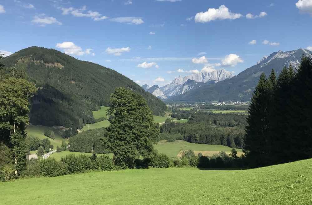 Der Blick von Frauenberg auf Admont, hinten das Gesäuse