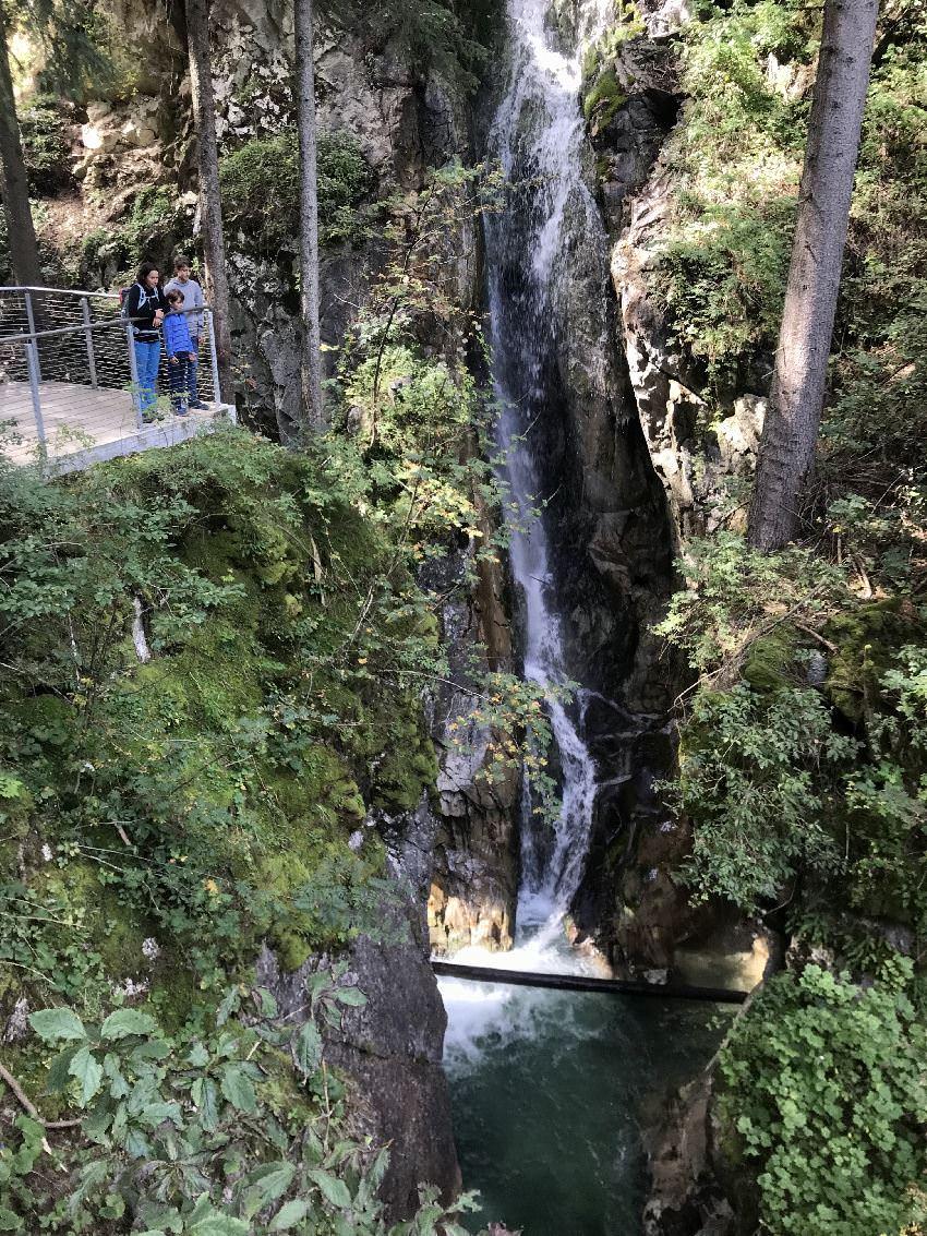 Gilfenklamm Ratschings - so eindrucksvoll ist der Wasserfall am Ende der Klamm in Jaufensteg