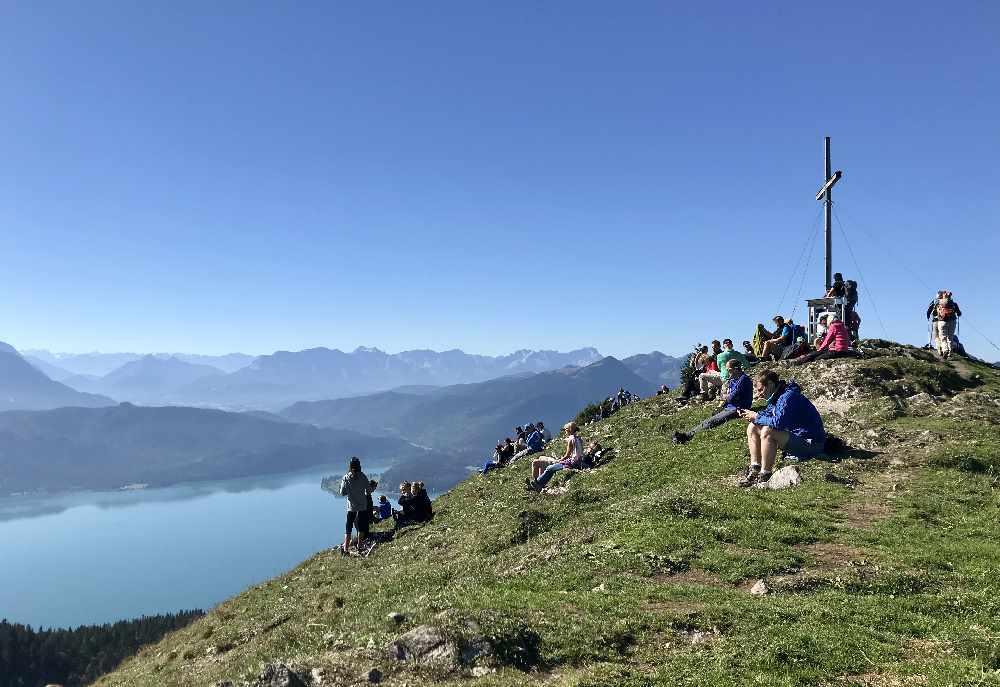 Walchensee wandern mit Kindern:  Am Gipfelkreuz ist uns zuviel los - aber die Wanderung lohnt sich!