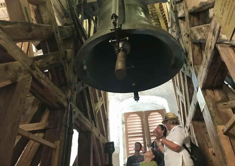 Wir stehen oben im Glockenturm bei der riesigen Glocke