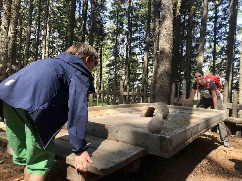 Hier musst du das Holz so balancieren, dass die Kugeln durch den Tunnel rollen, gar nicht einfach!