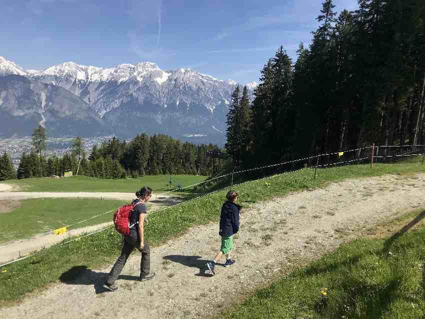Mit diesem Blick zum Karwendel wandern wir das kleine Stück zu den Kugelbahnen