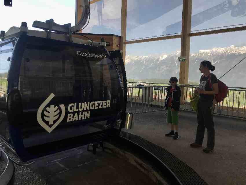 Dank der neuen Gondeln der Glungezerbahn geht´s auch leicht mit kleineren Kindern zum Kugelwald hinauf