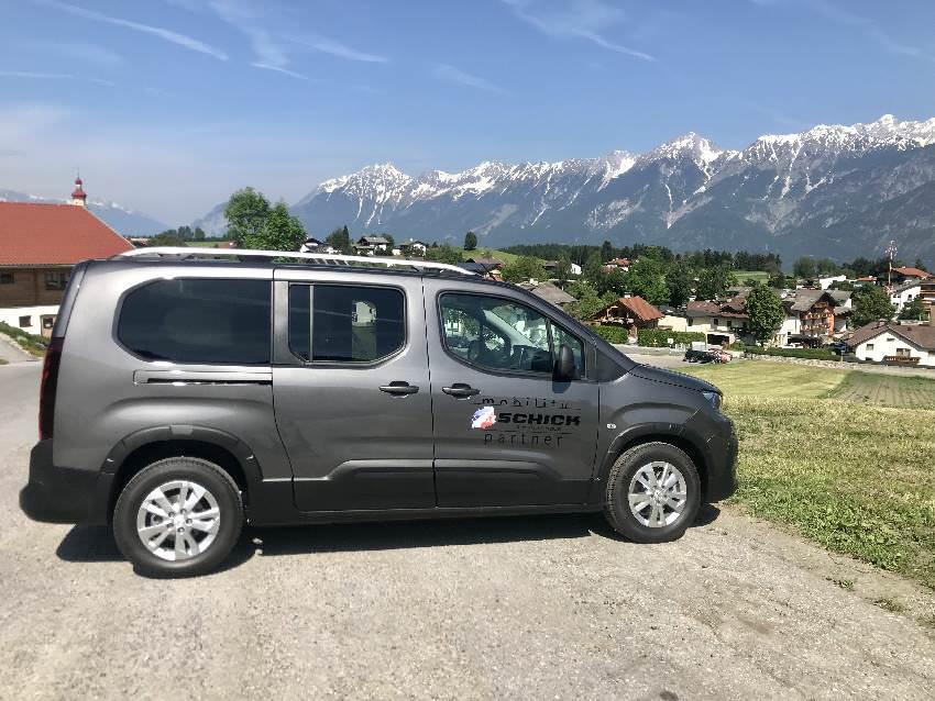 Bei der Talstation parken wir das Auto - es gibt viel Platz, auch für unseren langen Family-Outdoor-Van
