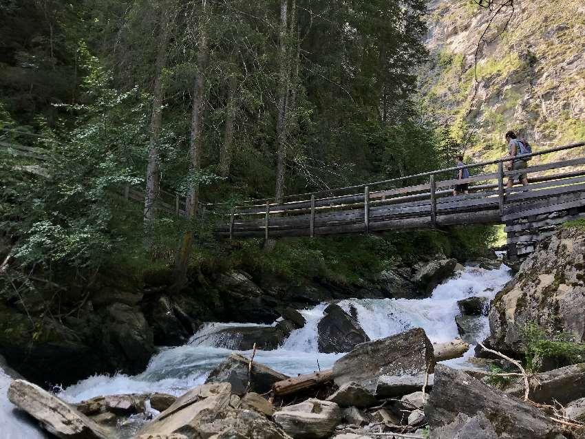 Auf dem Weg zum Gößnitz Wasserfall geht es über diese Brücke