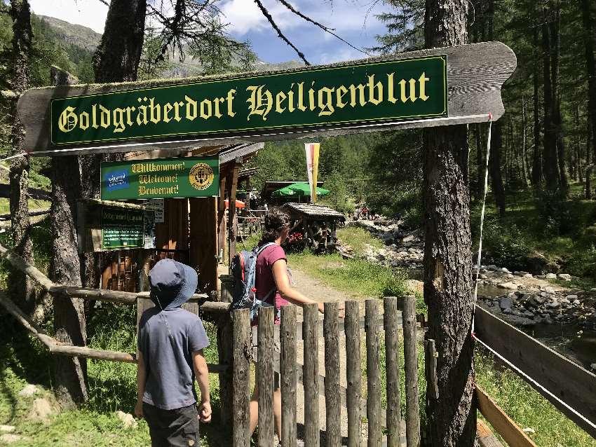Der Eingang ins Goldgräberdorf Heiligenblut