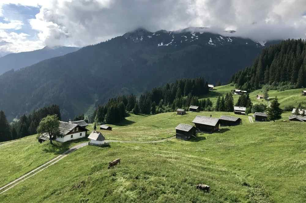 In Matschwitz steigen wir aus der Gondel - das ist der Blick von oben auf die Holzhütten, im Sommer grasen die Kühe hier oben